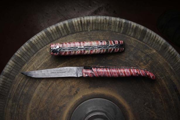 Couteau Laguiole Dozorme sur molaire de mammouth